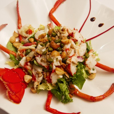 Ensalada de bogavante con pistachos fritos