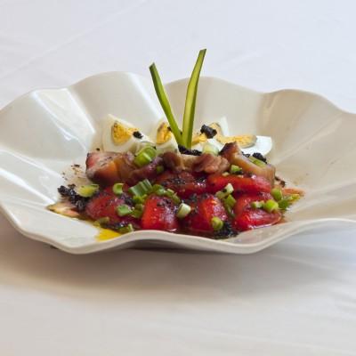 Ensalada de bonito con tomate en conserva
